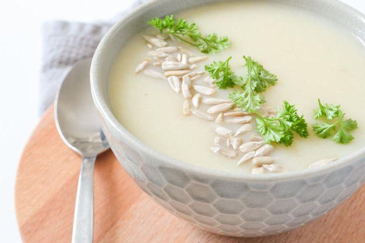 Met deze bloemkoolsoep met pittige mosterd krijg je makkelijk veel vitamine C binnen, en krijg je het ook nog eens lekker warm op de wat koudere dagen!