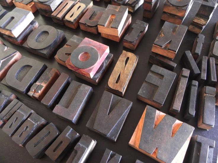 Fede gamle bogstaver i træ brugt til tryk.