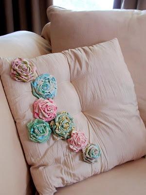 Shabby Chic roses on pillow.Fabric Roses, Fabric Flowers, Flower Tutorials, Fabrics Flower, Flower Pillows, Fabrics Rose, Throw Pillows, Rose Tutorials, Shabby Fabrics