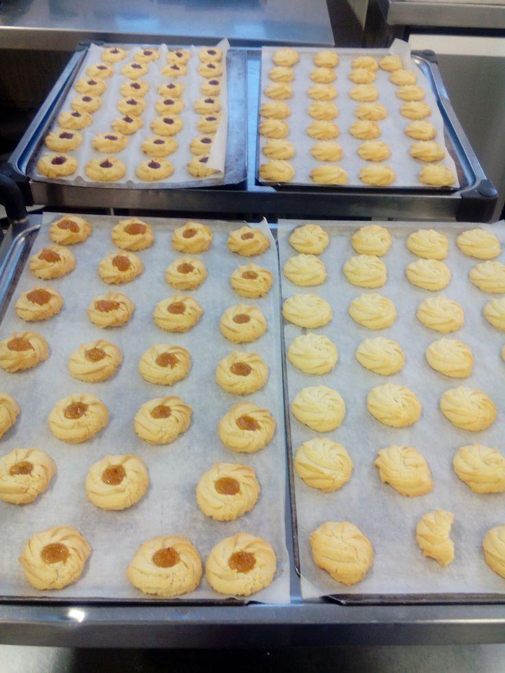 Osaamista on hyödynnetty kovasti, Annelta leipominen käy suorastaan kädenkäänteessä. Ja kauniita ja herkullisia pikkuleipiä tuli!