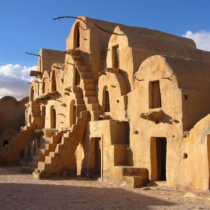 La ciudad de Tataouine, al sur de Túnez, no solo se parece en el nombre al planeta de Star Wars, además fue el lugar que inspiró su aspecto. Las edificaciones de la película eran prácticamente réplicas de las de esta ciudad caracterizada por sus cubiertas redondeadas y por escalones de piedra tallados e integrados en la arquitectura. #starwars #tataouine #túnez #decorado #planeta #tatooine #película #ciudad #saga http://www.pandabuzz.com/es/anecdota-del-dia/fuerza-ciudad-tunecina
