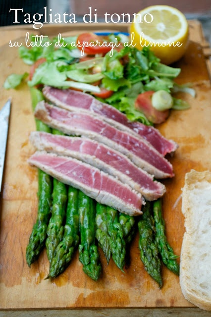Barbaras Kitchen: food blog: Recipe tuna steak on a bed of asparagus