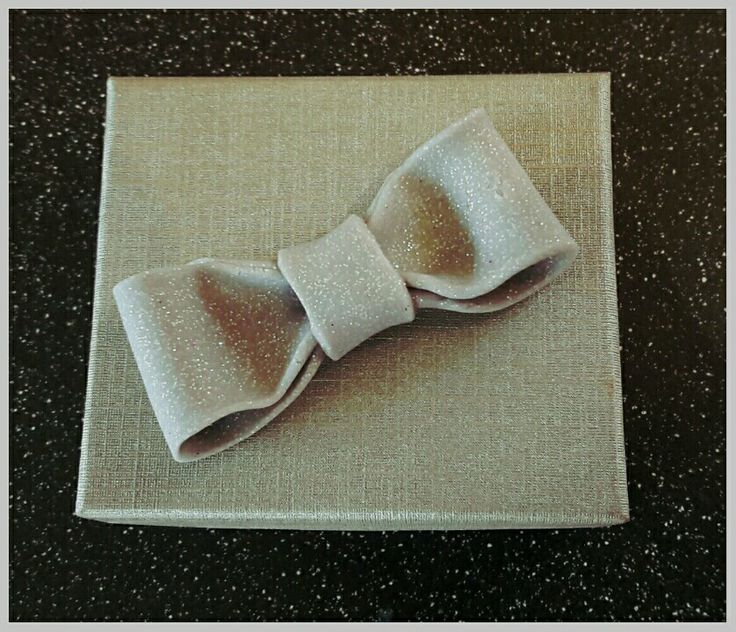 Gift box for jewellery with a decorative handmade bow. #handmadecrafts #fimocraft #fimobow #handmadegifts