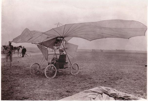 Montesson, 18 martie1906 - aparatul Vuia I  se ridică de la sol cu mijloace proprii şi zboară 12 m, la 0,6 m înălţime. Foto: Arhivele Statului, Fondul Lipovan