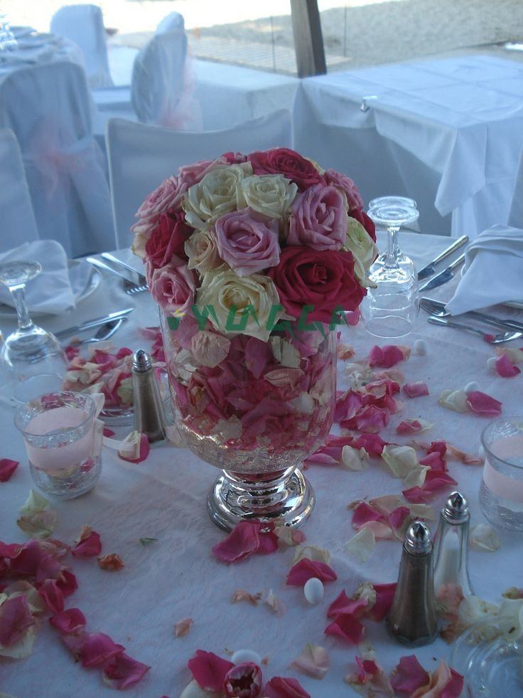 Beautiful rose arrangement. #roses #weddingflowers #weddingscrete #tabledecor #flowertable #floristiraklion