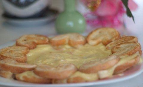 """Ленивый Наполеон или торт по-быстрому. печенье """"Ушки"""" - 800 г-1 кг (в зависимости от того, какой высоты торт вы хотите получить) молоко - 1 л яйца - 3 шт ванилин сахар - 200 г масло сливочное - 150 г мука - 6 ст.л"""