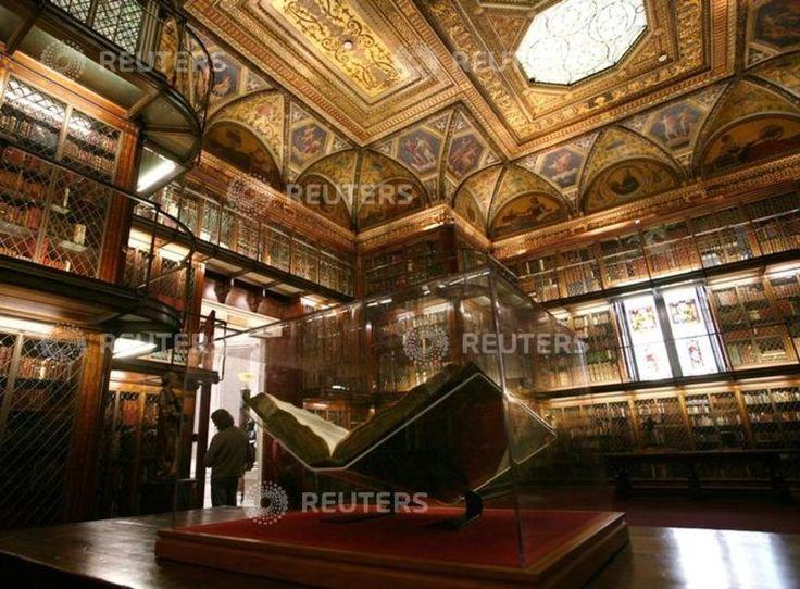 La Pierpont Morgan Library, à New York La Pierpont Morgan Library est une bibliothèque de recherche et un musée fondé par J. P. Morgan, Jr en mémoire de son père John Pierpont Morgan. La bibliothèque, dont les plans ont été conçus en 1906 par l'architecte Charles Follen McKim, est d'inspiration Renaissance et s'inspire du palais du Té à Mantoue. La collection est riche de 350'000 pièces dont une Bible de Gutenberg.