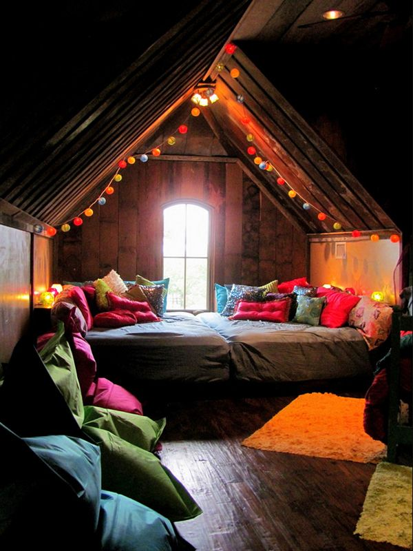 43 Bohemian-chic interiors to rock your senses. Two Queens squashed together. Seriously huge, awesome sleeping alcove !