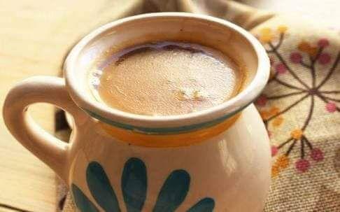 Atole de pinole - Ingredientes:    100 g de pinole    2 tzs de agua    1 raja de canela en trozos    1 lt de leche    1/2 tz de azúcar    Preparación:    Calienta el pinole con el agua y muevelo para disolver. Añade la canela y calienta a fuego medio, por 5 minutos. Agrega la leche y el azúcar, revuelve hasta que estén integradas perfectamente. Calienta hasta que espese y sirve caliente.