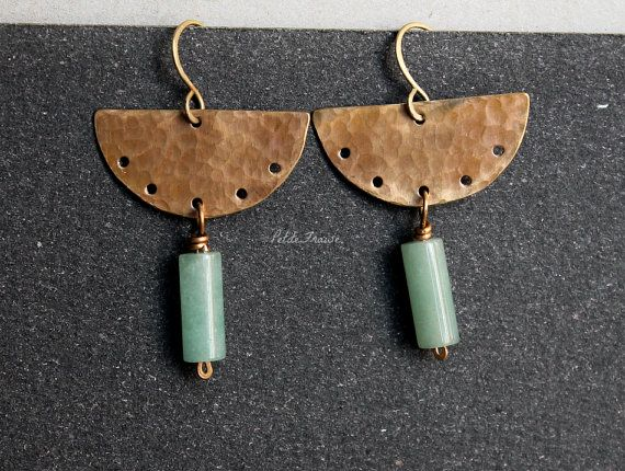 Tribal Aztec earrings in gold bronze and green agate by PetiteFraise. Handmade brass ethnic jewelry.