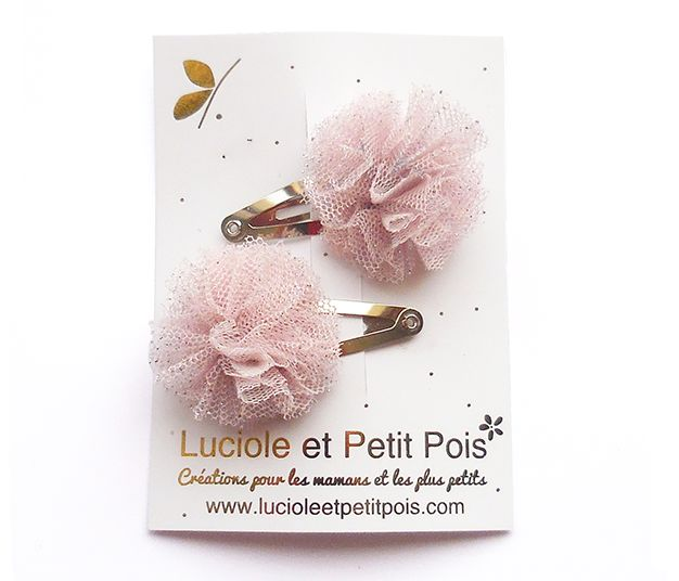 Adorable mini pompon hair clips made with tulle fabric for the little ones.Approximately 3 cm diameter, sewn on 3 cm snap clips.