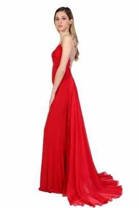 Vestido rojo con escote tipo V. El vestido tiene un drapeado de chiffon y del busto para abajo cae pegado al cuerpo con tela jersey. En la parte de atras el vestido tiene un escote con pedrería plateada y roja bordada sobre una malla color piel. El escote termina con una cauda de chifon que le da un toque especial al vestido. El vestido se abrocha por con un zipper oculto por el lado izquierdo. Tiene copas incluidas.