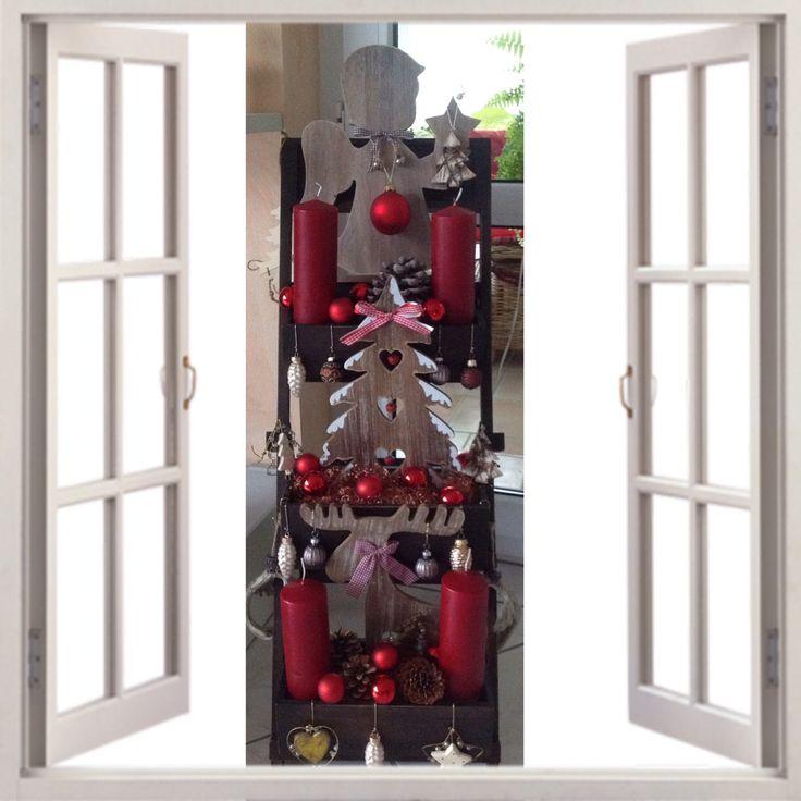 Hier ist mal eine andere Art Weihnachtskranz. Man nehme einen dreistöckigen Blumenständer ,Kerzen, Holzfiguren und Kugeln.