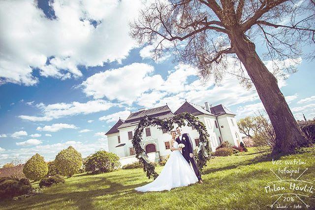 Tak ještě jednu si dovolím... Poslední ze svatby Rádi a Víti, slibuju... To bych Vám totiž z této svatby mohl ukazovat všechny, úžasná svatba to totiž byla! #svatba #wedding #svatebnifoto #weddingphoto #svatebnifotograf #weddingphotographer #czechwedding #czech #czechphotographer #czechweddingphotographer #nevesta #zenich #pluhuvzdar #pluhac #zamekpluhuvzdar #srdce #brana #semztohocelejnakrivo #kdyzjepracezabava #mamsvojipracirad #fotiltomilan