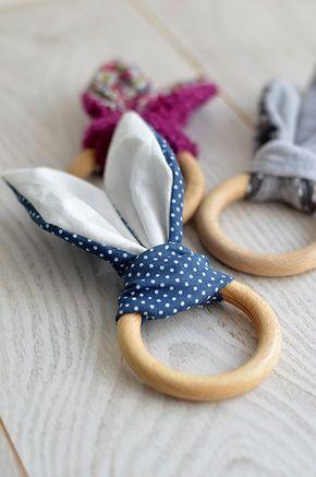 Un peu de couture aujourd'hui… Oui mais de la couture facile et rapide pour un petit cadeau idéal pour les bébés tout neufs ! Avec ce DIY, vous allez pouvoir réaliser un hochet lapin à …