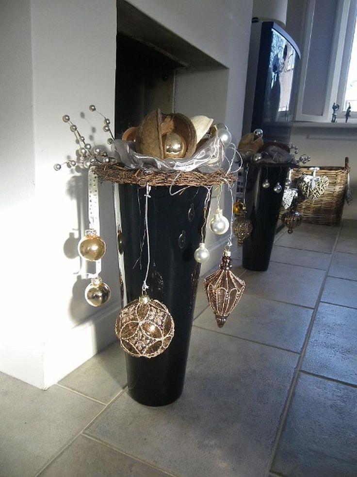 Foto: Kerst - op n zwarte vaas een ring gelegd en daarop wat kerstballen en voile. Aan de ring ook hangende kerstversiering. twee dezelfde potten aan beide zijden van de open haard.. Geplaatst door Vreedespaleis op Welke.nl