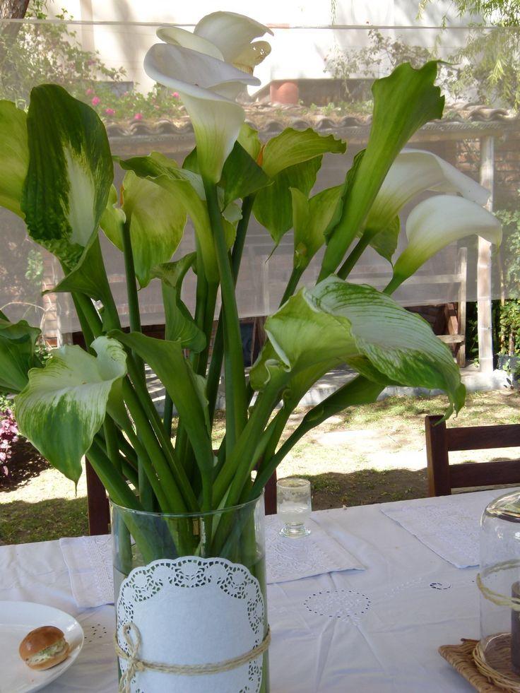 Arreglo floral primera comunion calas blancas y verdes de for Arboles florales para jardin