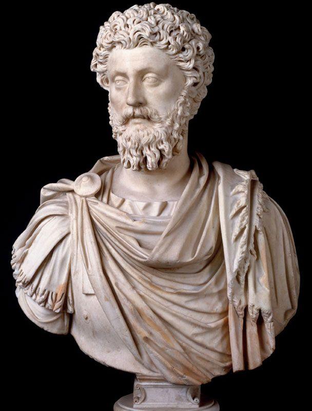 Ritratto di Marco Aurelio, marmo, 161-180 d.C., Musei Capitolini, Roma. L'imperatore indossa il paludamentum, vestiario tipico degli ufficiali, inoltre sono presenti tratti come l'aria assorta e gli occhi grandi, che si affermarono  nel ritratto romano a partire all'incirca dall'epoca di Adriano.