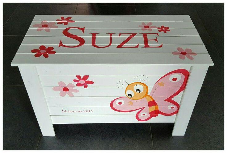 Prachtige kist, beschilderd met de naam en met de kleuren en motieven van het geboortekaartje.  De kist is te gebruiken als speelgoedkist, geboortekist, herdenkingskist of om de 1e babyspulletjes en andere dierbare spulletjes in te bewaren.