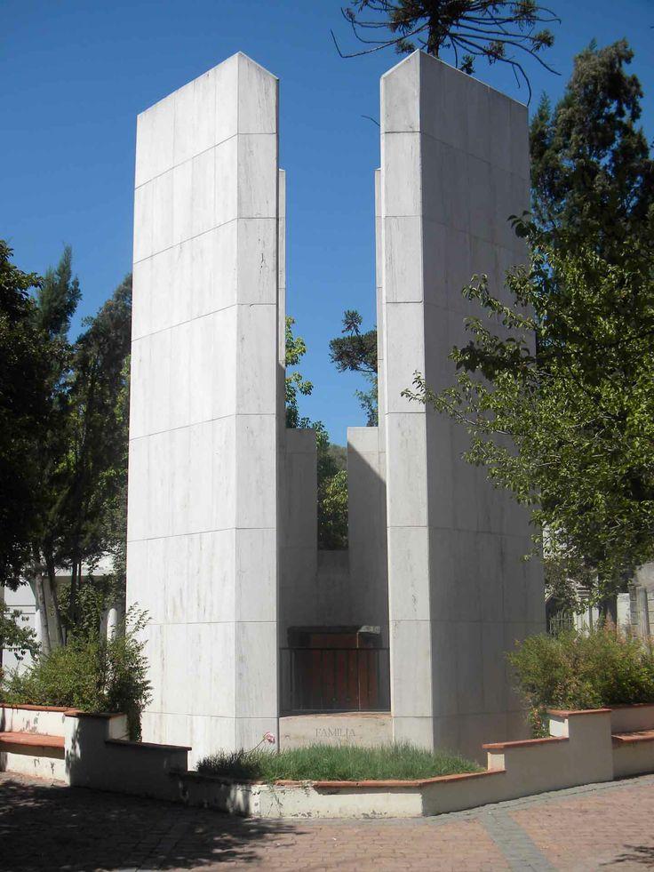 Monumento en el Cementerio General, Santiago. // A monument in the General Cemetary, Santiago. (RM)