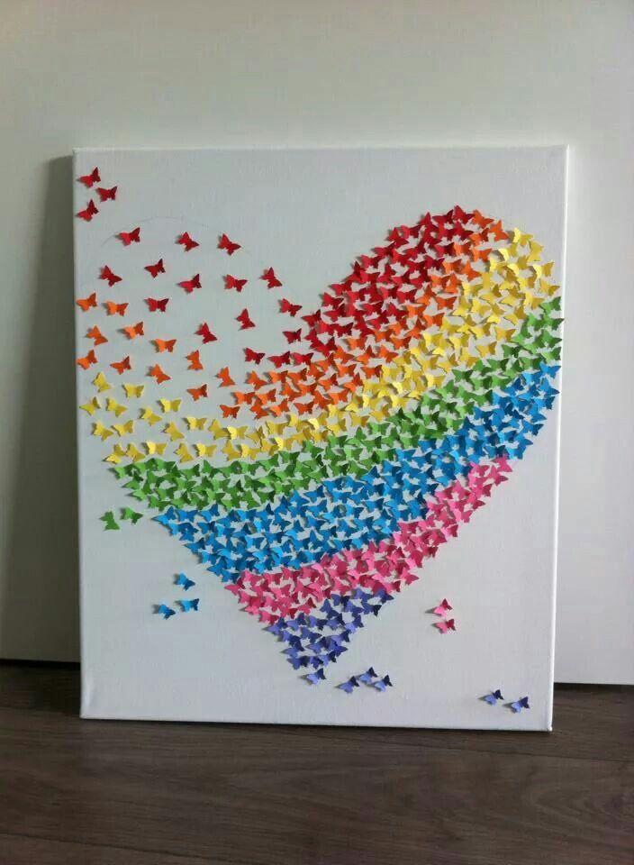 Corazón hecho con mariposas de papel.