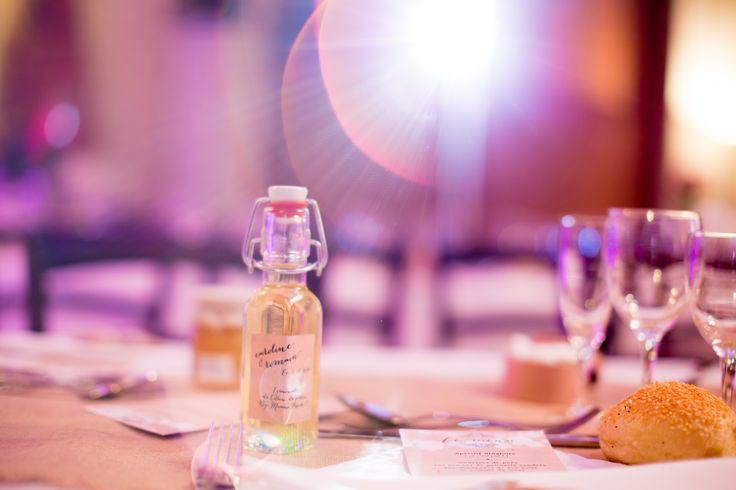 Cadeau invité : bouteille de limoncello maison, DIY cadeau invité mariage : limoncello maison, étiquette personnalisée petit rappel du faire part. Coût : 0.55€