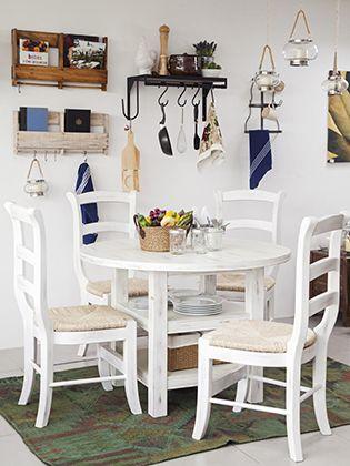 Los muebles de madera van acompañados de ideas de decoración en colores neutros donde prima el blanco
