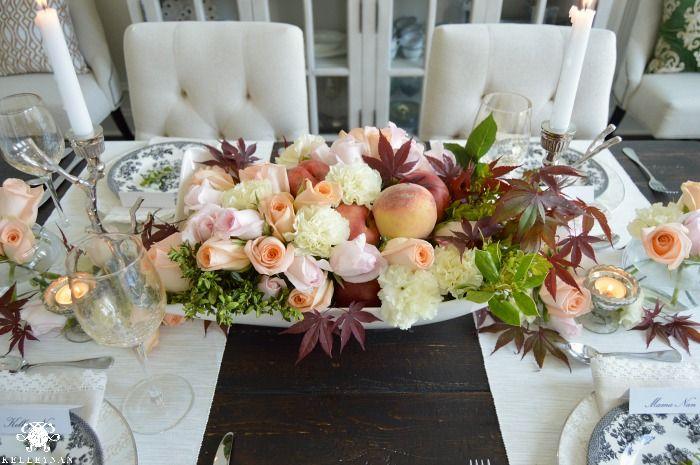 configurações de preto e branco do lugar da mesa Dia Pêssego Nectarina Floral Arrangement- da mãe