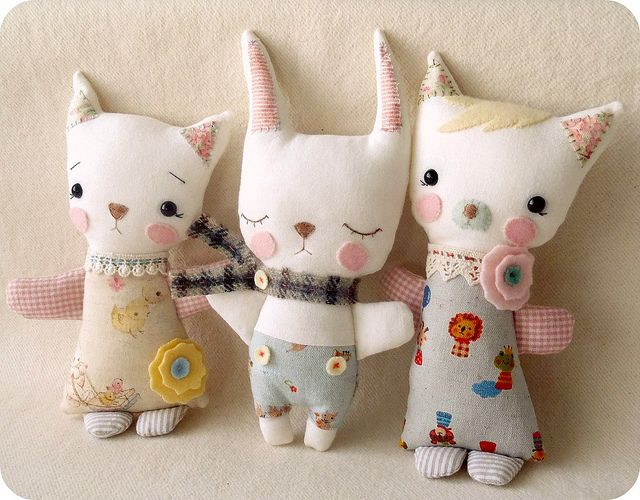 Darling little kitties, tenderly crafted by Gingermelon! You just want to hug them close to your heart!
