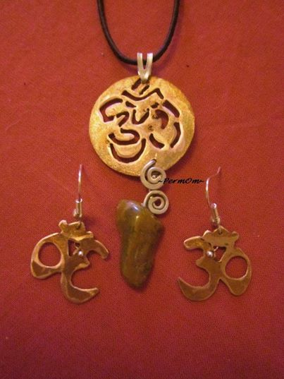A very special OM set. It is totally hand made in the old way of making jeweleries. A pendant with earings made with copper and silver brings the glory of this powerful symbol to the person who wears it. A jasperized wood is there as stone to give power, to heal the past and past lives and to detoxificate the body.