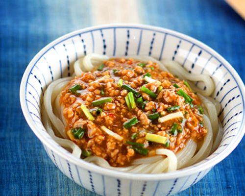 こしのある冷凍うどんを使って、つるつるひんやりのうどんをどうぞ。今回の具は、豚ひき肉を豆板醤でちょっとピリ辛のそぼろを。さらにスープを加えて水溶き片栗粉でとじます。そぼろあんかけうどん/中島 和代のレシピ。[和食/麺料理(そば、うどん等)]2001.07.02公開のレシピです。
