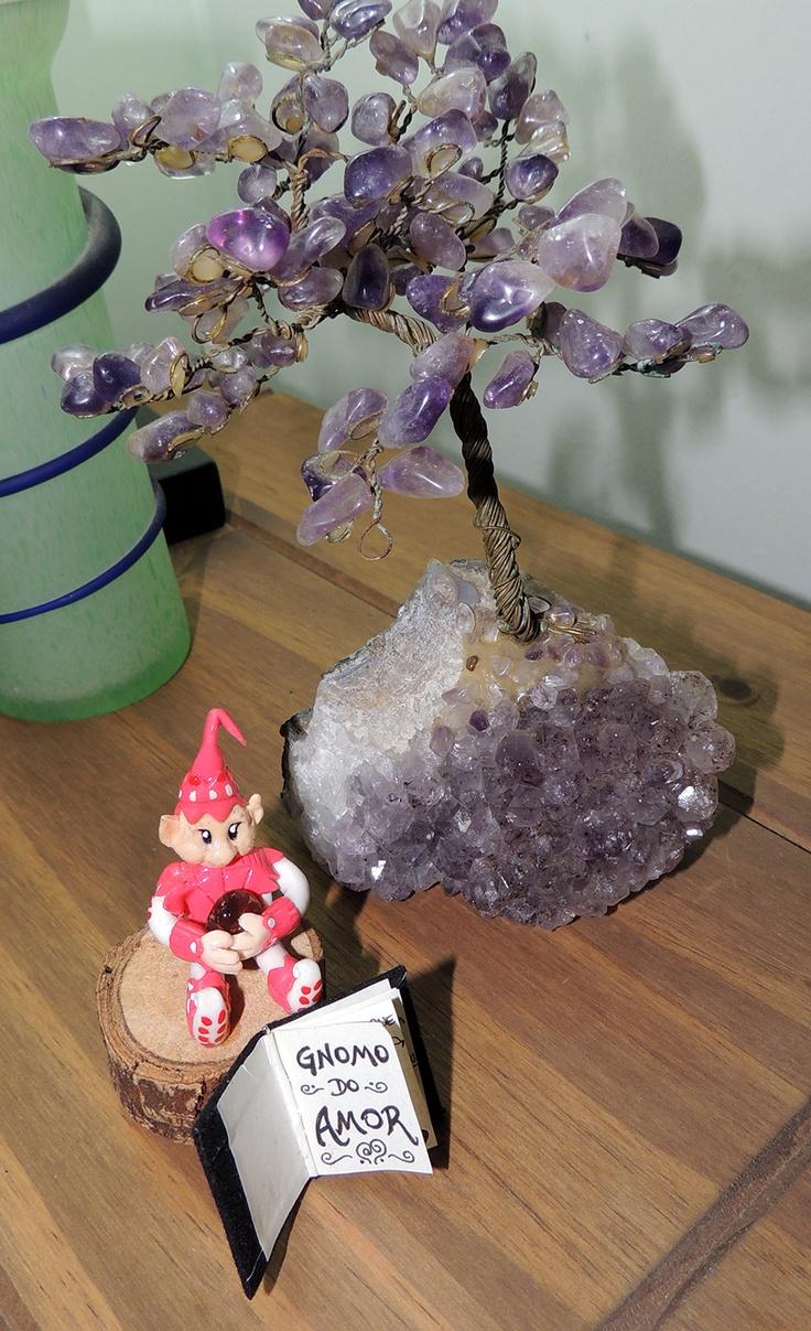 Gnomo do Amor - criatura mitológica elemental da terra que cuida da união e do amor. Descansando perto da árvore de ametista, o gnomo carrega um cristal (ágata-de-fogo) que o ajuda em sua missão.