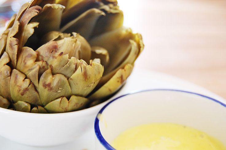 Artisjok + hollandaise = klassiek (en heel erg lekker!). En bovendien de meest decadente lunch sinds een lange tijd. Ik wilde zo graag het recept van Julia Child voor deze saus een keer uitproberen, dat ik niet kon wachten tot het avondeten.