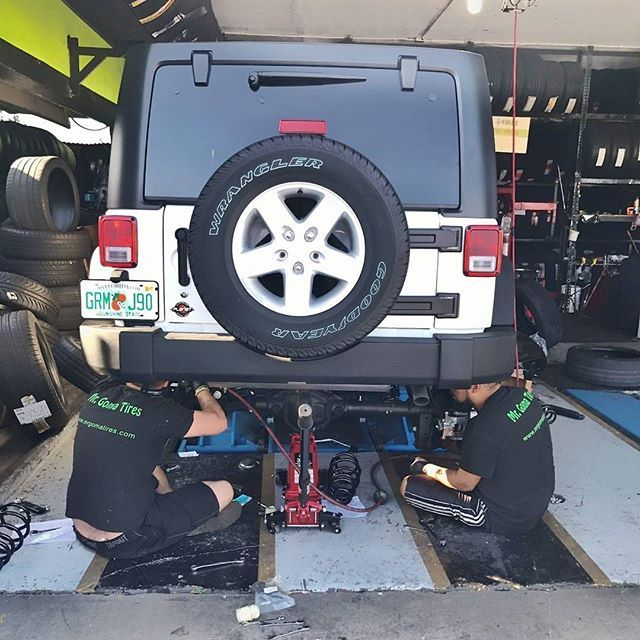 Our certified technicians in action 👊👊 #mrgomatires #miamitires #newtires #usedtires #automotiveservices #tireshops #tirestore #miamitires #miamitireservice