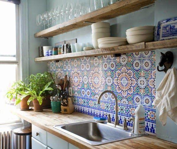Una pared con baldosas hidráulicas en la cocina
