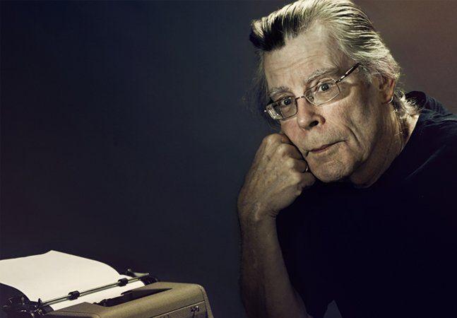 Seja você um fã inveterado ou não da obra do escritor Stephen King, o fato é que o americano é um dos mais prolíficos, importantes e bem sucedidos autores de todos os tempos. Com mais de 50 romances, 6 livros de não-ficção, mais de 200 contos, mais de 60 filmes adaptados a partir de suas histórias (tendo vendido ao todo mais de 350 milhões de livros), Stephen King entende uma coisa ou outra sobre escrever. Nesse mar de publicações, entre clássicos como Carie, a Estranha, O Iluminado, Um…