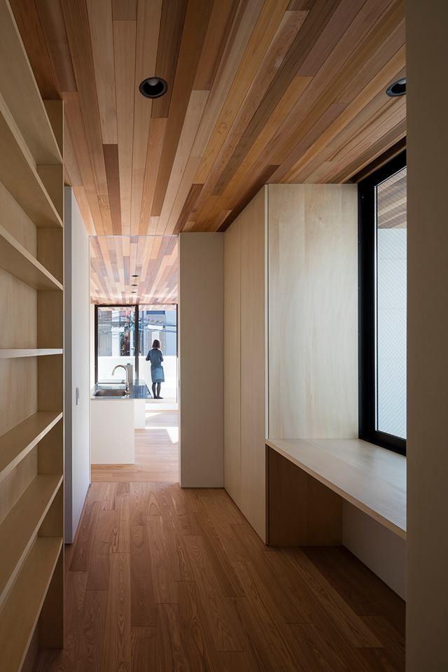 一棟有電梯的二代宅,將親世代安排在三樓、一二樓則是子世代的家庭區塊。房子中心置入天井,製造局部戶外廊道,這樣的做法將陽光平均帶入每個樓層,維持舒適輕柔的生活場域。 一二樓以開放式而且大面窗的方式規劃,是屬於年輕一輩喜歡的生活設計,三樓以上的長輩空間開窗趨於保守,更搭配茶室設計障子窗,透過設計,給予不同世代熟悉的生活環境。 via 設計事務所アーキプレイス