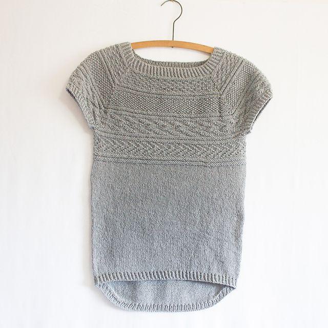 Battersea. Dejlig kortærmet bluse med gansey-mønstre. Kan nemt gøres langærmet og er ikke svær at strikke. Her i ren silke, men kan laves i mange typer garn. Pinde 3½ og 4.