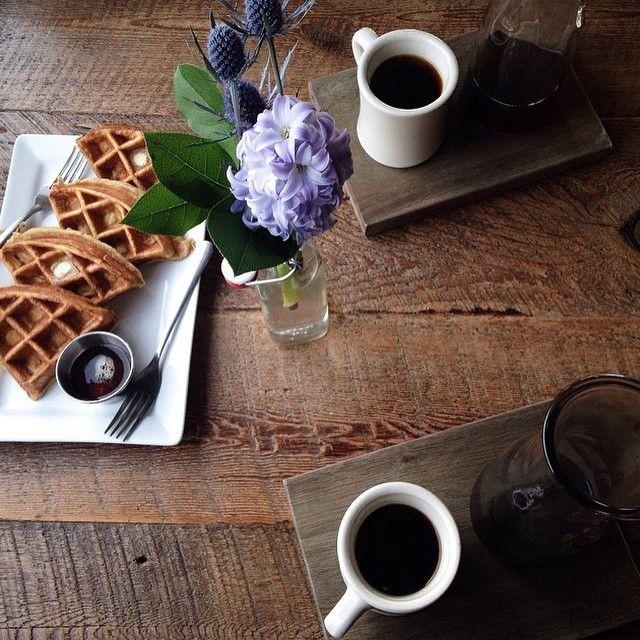 Черный кофе с вафлями