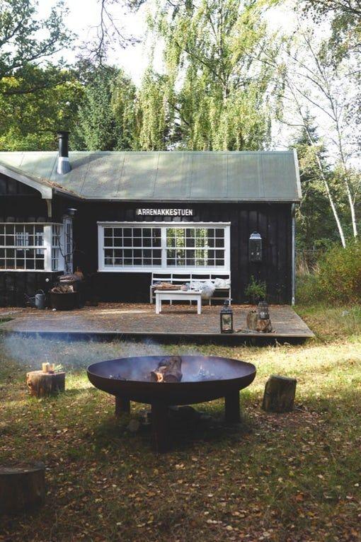 Lone og Nels mini-sommerhus er et studie i det enkle liv; udendørsbad, das og genbrugsmøbler