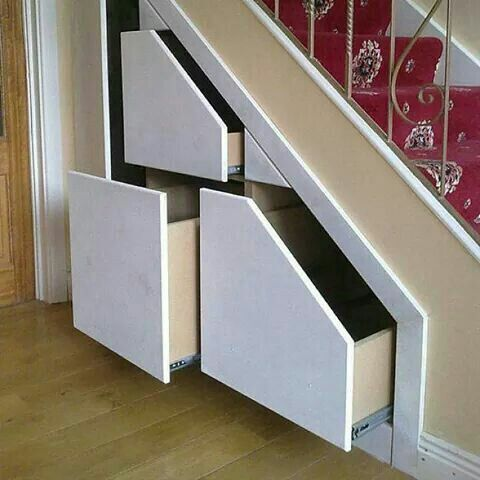 """Buen uso para ese espacio """"desperdiciado"""" de las escaleras"""