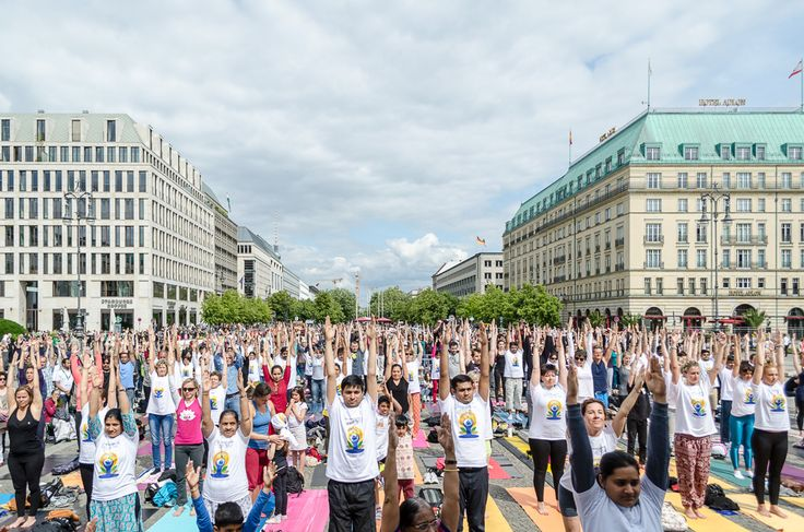 Sonntag, 21.06., 15:43 Uhr – Mitte, Pariser Platz: Hoch die Arme beim ersten internationalen Yoga Day. © Synke Nepolsky