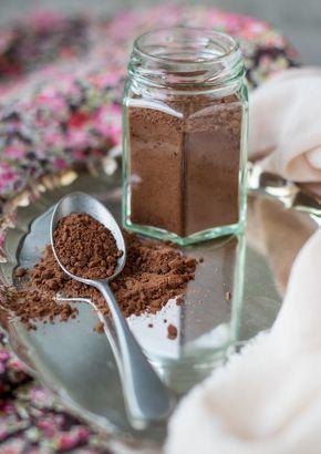 Jag har gjort mitt eget pulver till varm choklad. Det är väldigt enkelt. Smaka dig fram till hur mycket vill dosera för alla gillar vi ju olika.
