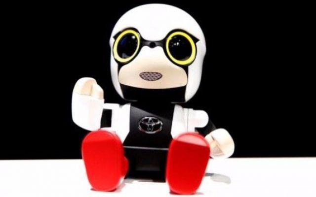 Kirobo Mini, il robot da compagnia che Toyota ha pensato per gli automobilisti Leggendo le dichiarazioni dei dirigenti Toyota, si comprende perché questi ultimi non abbiano realizzato direttamente un'auto dotata di un'intelligenza artificiale simile a quella di Kirobo Mini. La  #kirobo #robot
