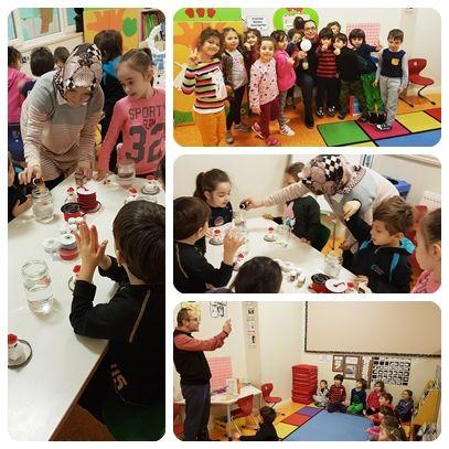 Özel Mürüvvet Evyap Anaokulunda bu hafta Aile Katılımı etkinliği olarak sınıfımızda sanat ve deney çalışmalarına yer verdik. Deney etkinliğinde, balonu nefesimiz olmadan şişirmeye çalıştık. Sanat etkinliğinde ise farklı malzemeleri bir araya getirerek kar küreleri hazırladık. Sınıfımıza gelerek katılım gösteren velilerimize teşekkür ediyoruz.