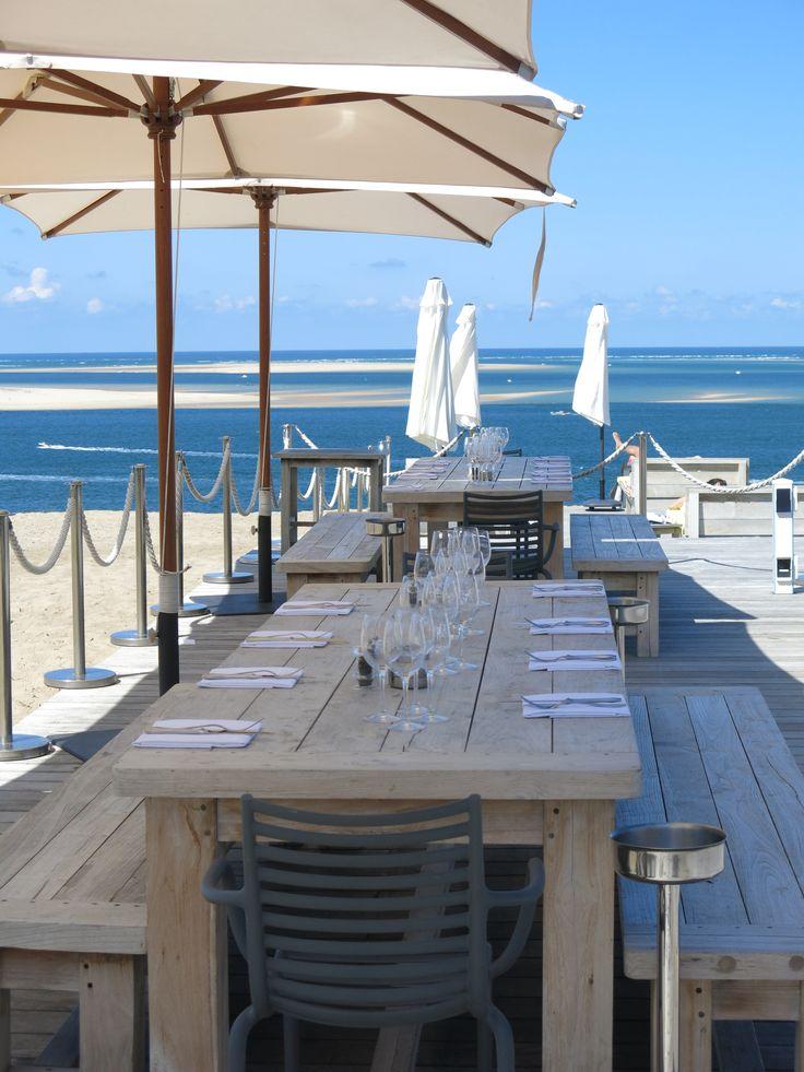 On y retrouve la carte du restaurant, mais aussi un florilège de plaisirs simples, comme se délecter de quelques huîtres accompagnées d'un verre de blanc frais.