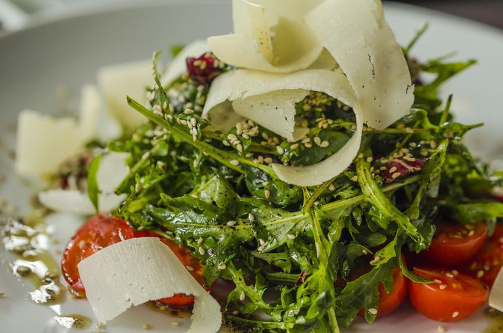 Για ορεκτικό ή και κυρίως πιάτο, για δύο ή περισσότερους, αυτή τη σαλάτα με αποξηραμένα σύκα, μέλι, σουσάμι και φέτες γραβιέρας Χωριό θα τη λατρέψετε.