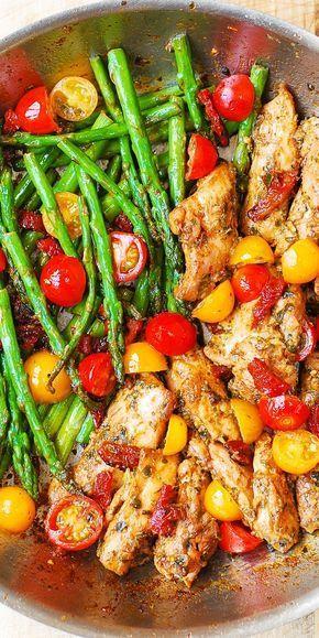 One-Pan Pesto Chicken and Veggies – sun-dried tomatoes, asparagus, cherry tomatoes. Healthy, gluten free, Mediterranean diet recipe with basil pesto. One - Pan Pesto Hähnchen und Gemüse - sonnengetrocknete Tomaten , Spargel, Kirschtomaten . Gesunde , glutenfrei , Mittelmeer-Diät -Rezept mit Basilikum-Pesto .