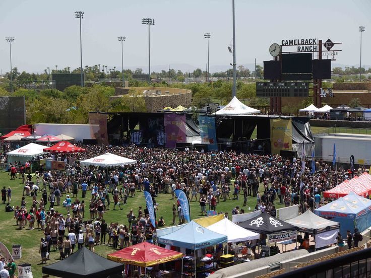ANOS 90 - ATUALMENTE (RENASCIMENTO PUNK): No meio dos anos 90 até o começo dos anos 2000, o Punk se repopularizou. O vestígios que a cena grunge deixou no começo dos anos 90 deixou um espaço aberto para as bandas de Pop Punk, principalmente Green Day.  A Van's Warped Tour (foto), inaugurada em 1995, começou um festival renomado até hoje por colocar no palco bandas punk de todo tipo, trazendo o gênero dos bares para a luz do dia.
