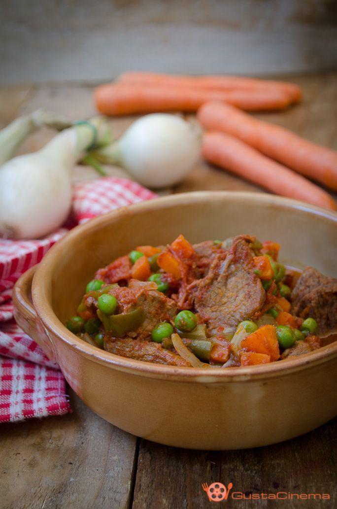 Spezzatino con pomodoro piselli e carote è un secondo piatto di carne molto saporito. Facile da preparare, ottimo servito con polenta o riso.